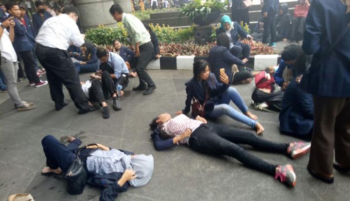 Foto Berita Gedung Bursa Efek Indonesia Roboh, Ratusan Mahasiswa Luka-luka