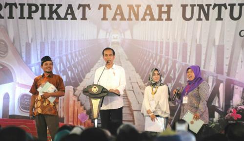 Foto Jokowi Bagikan 5 Ribu Sertifikat Tanah di Ciamis
