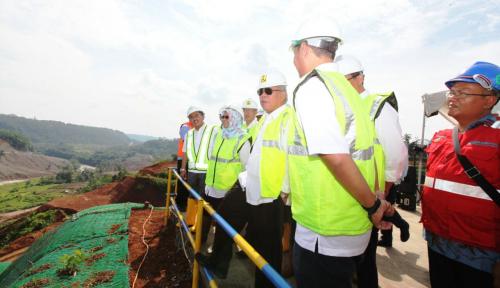 Foto Harapan Menteri Basuki pada Bendungan Leuwikeris