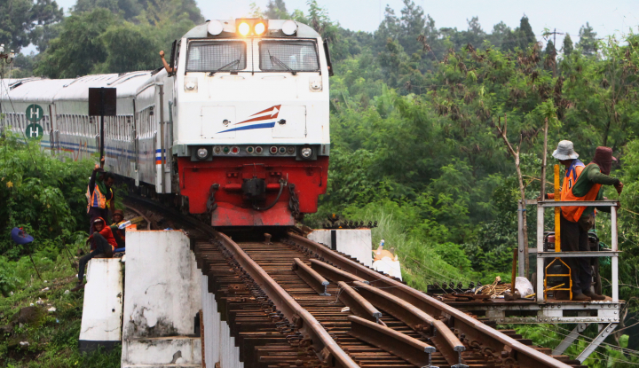 Foto Berita Cirebon Kena Banjir, Jalur Kereta Masih Bisa Dilewati
