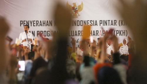 Foto 994 KK Peroleh PKH, Jokowi Pesan Uangnya Jangan untuk Beli Pulsa & Rokok