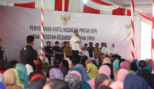 Foto Sambil 'Guyon' Jokowi Pesan Pinjam Agunannya Jangan untuk Beli Mobil