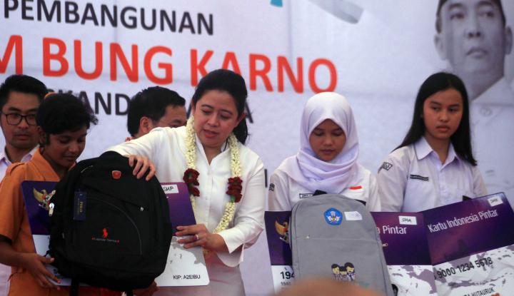 Foto Berita Menko PMK Bagikan KIP di Medan