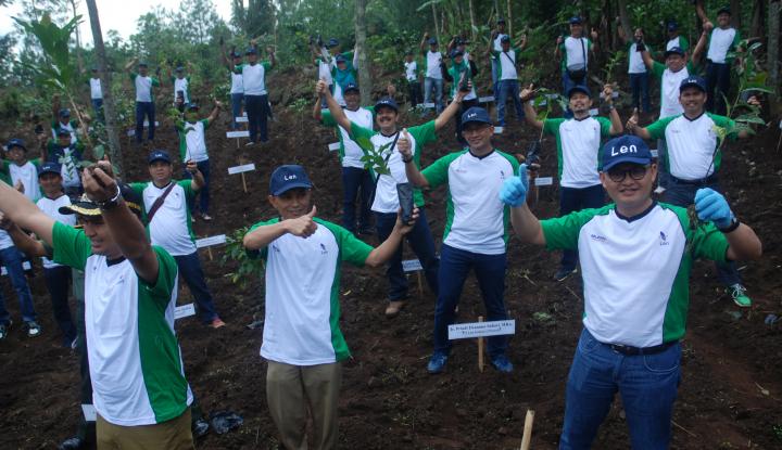 Foto Berita Len Industri Tanam 10.000 Pohon Kopi Gunung Puntang