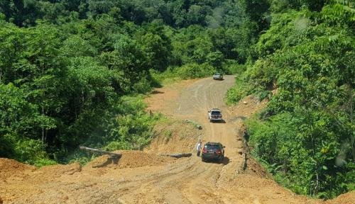 Foto Bangun Jalan Perbatasan Kaltim dan Kaltara, KemenPUPR Gandeng Zeni TNI AD