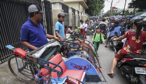 Foto Sandiaga Bohong Soal Mobilisasi Becak Masuk Jakarta?