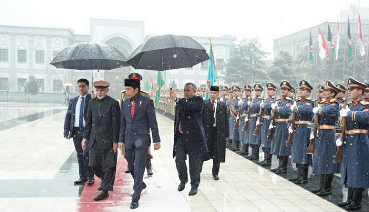 Foto Berita Kungker Jokowi ke Afghanistan Lancar, Paspampres dan Menteri Sujud Syukur