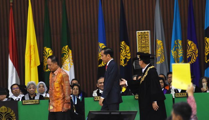 Foto Berita Mahasiswa Acungkan Kartu Kuning, Jokowi Biasa Aja