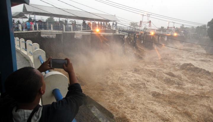 Foto Berita Ratusan Ton Sampah Nyangkut di Pintu Air Manggarai