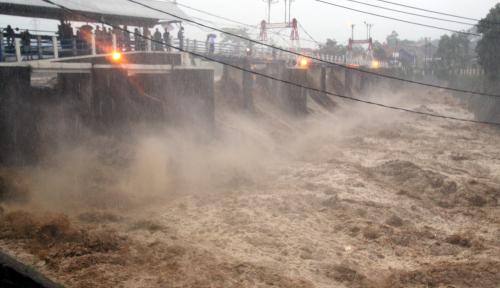 Foto Hujan di Puncak, Volume Air Bendungan Katulampa Ikut Naik