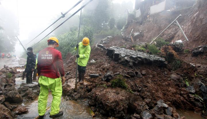 Foto Berita Longsor, Jalur Puncak Dialihkan Lewat Sukabumi