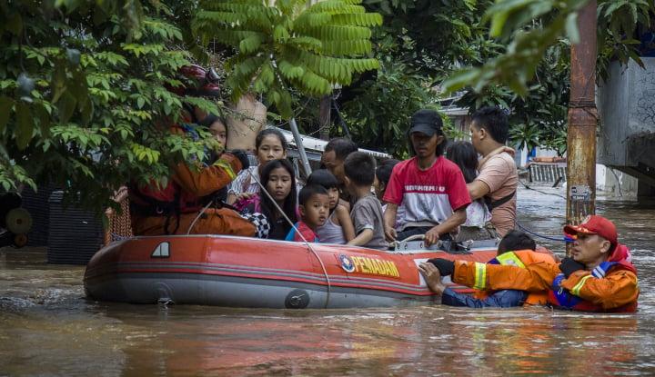 Foto Berita Hujan Mengguyur Jakarta, Ratusan RW Terendam Banjir