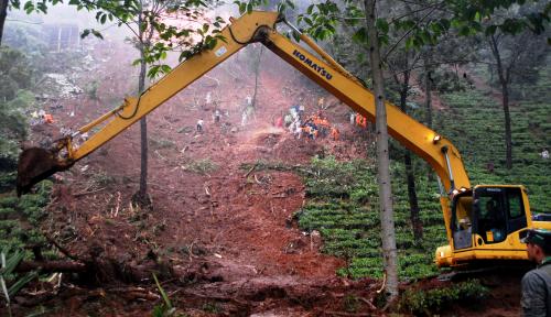 Foto BNPB Gunakan Alat Berat Untuk Cari Korban Longsor Brebes