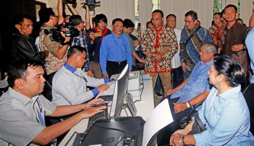 Foto Firman Wijaya Tunjuk Boyamin Hadapi Laporan SBY