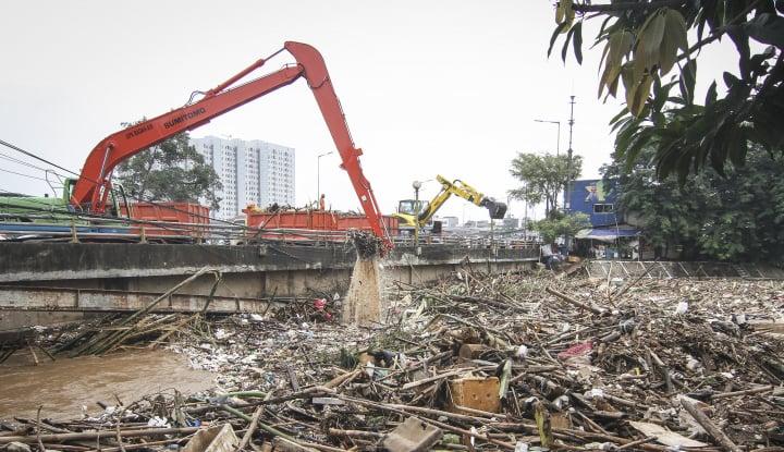 Foto Berita Warga Masih Hobi Buang Sampah di Sungai Ciliwung, Alasannya Ada Aja...