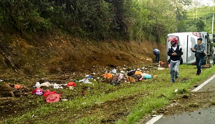 Foto Berita Polisi Olah TKP Kecelakaan 'Tanjakan Emen'