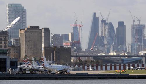 Foto Bom PD II Berhasil Diangkat, London Kembali Buka Bandaranya