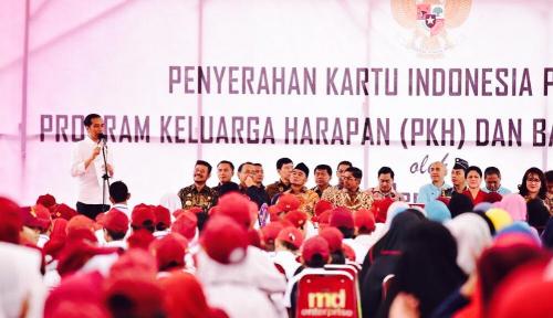 Foto Serahkan Bantuan di Gowa, Jokowi: Jangan Beli Rokok
