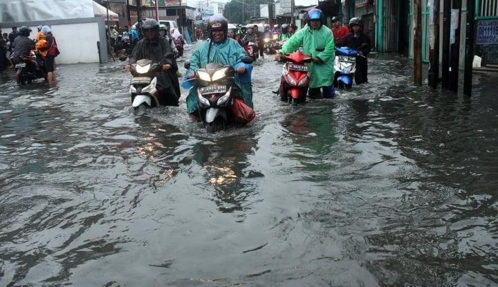 Foto Berita Wilayahnya Tidak Diguyur Hujan, Karawang Tetap Kebanjiran