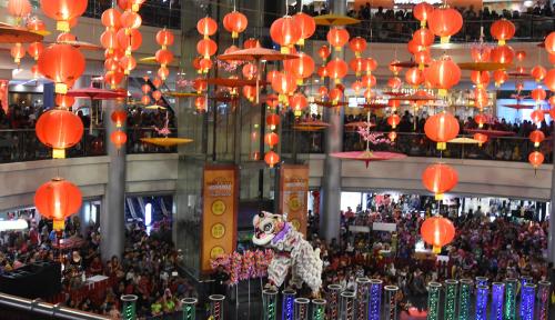 Foto Atraksi Barongsai Hibur Pengunjung Pusat Perbelanjaan