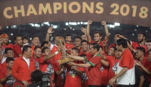 Foto Jokowi Serahkan Piala Presiden kepada Macan Kemayoran
