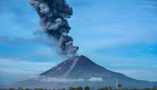 Foto Gunung Soputan Erupsi, Status Siaga!