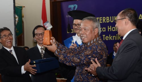 Foto Menteri Basuki Sabet Herman Johannes Award 2018