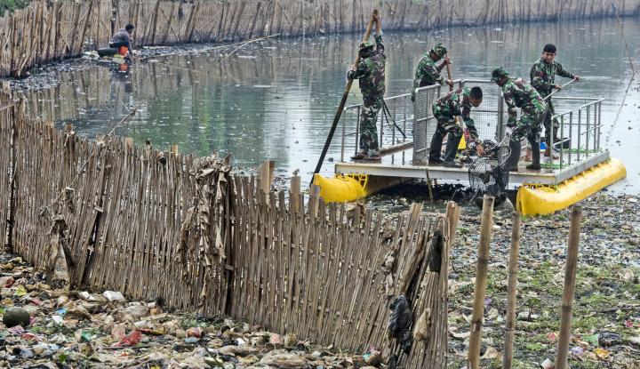Foto Berita Lewat Bank Sampah, Warga Sungai Citarum Bisa Tambah Penghasilan