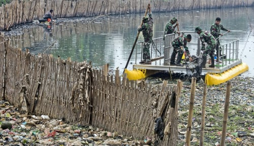 Foto Lewat Bank Sampah, Warga Sungai Citarum Bisa Tambah Penghasilan