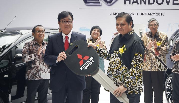 Foto Berita Mitsubishi Motors Hibahkan 10 Mobil Listrik