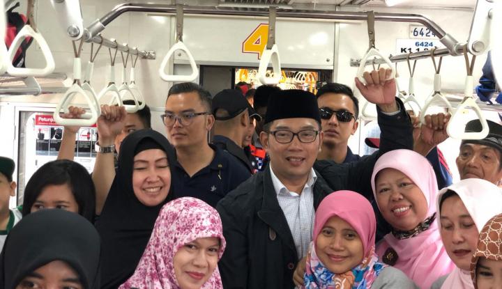 Foto Berita Ridwan Kamil Kejutkan Penumpang KRL
