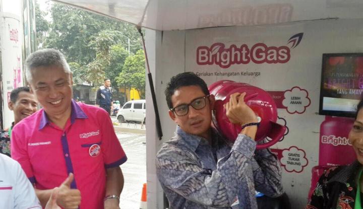 Foto Berita Sandiaga Uno Buktikan Ringannya Tabung Bright Gas