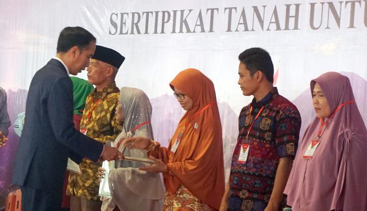 Foto Berita Jokowi Bagikan 3000 Sertifikat Tanah Warga Jabar