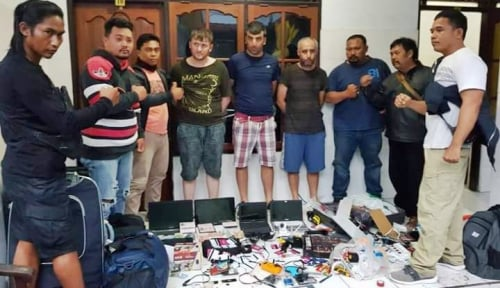 Foto Polisi Tangkap Sindikat Pencurian Data ATM Pakai Metode Skimming
