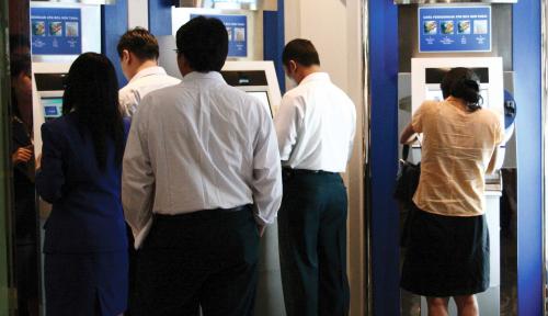 Foto OJK Minta Bank Percepat Migrasi ke Kartu Chip