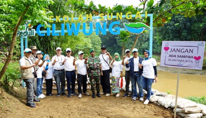 Foto Berita Peduli Lingkungan, PLN Bersih-bersih Sungai Ciliwung