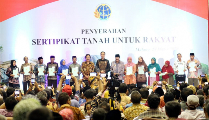 Foto Berita Bagi Sertifikat Tanah di Malang, Jokowi: Tolong Jangan Digadai untuk Beli Mobil