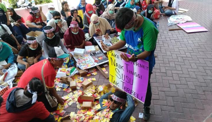 Foto Berita Demo, Ratusan Kartu Prabayar Dibuang di DPRD Balikpapan