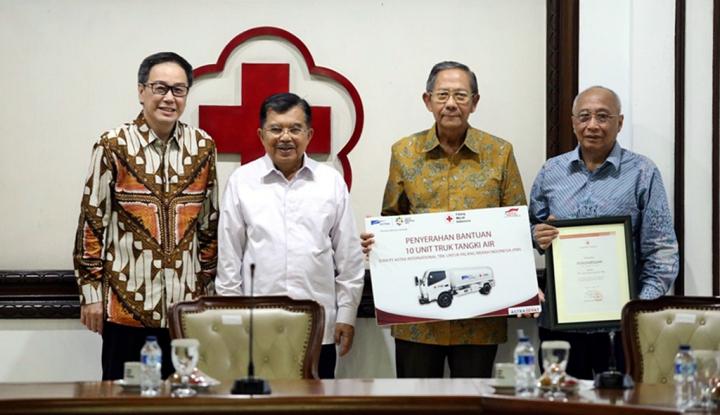 Foto Berita Astra Serahkan 10 Truk Tangki Air kepada PMI