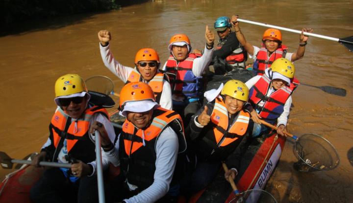Foto Berita Bersama Bos-bos BUMN, Menteri Rini Bersih-bersih Ciliwung