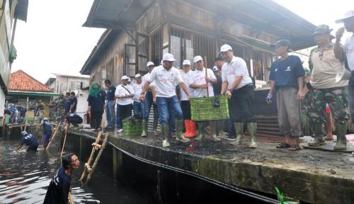 Foto Rayakan Hari Jadi, BUMN di Palembang Bersih-bersih Sungai Musi
