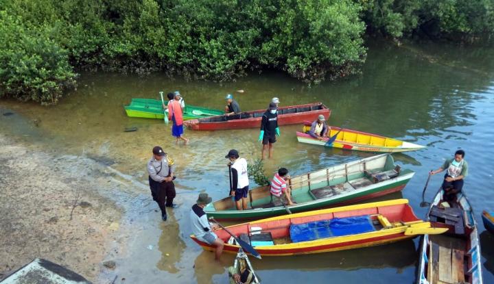 Foto Berita 1.000 Orang Bersih-bersih Kampung dari Sisa Ceceran Minyak