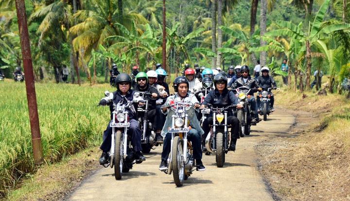 Foto Berita Berkendara Motor, Presiden Jokowi Tinjau PKT di Pelabuhan Ratu