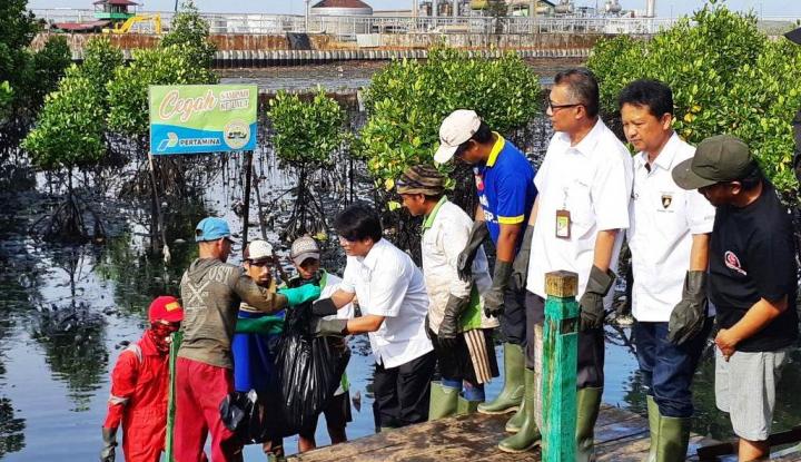 Foto Berita Tinjau Ceceran Minyak, Dirut Pertamina Nikmati Soto Buatan Warga Balikpapan
