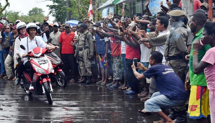 Foto Berita Potret Jokowi Bonceng Iriana Pakai Motor Listrik di Asmat