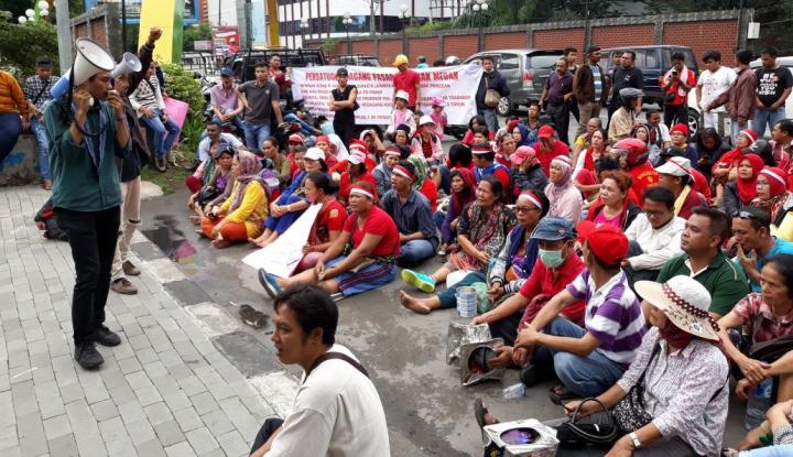 Foto Berita Tolak Dikelola Swasta, Pedagang Pasar Pringgan Medan Demo