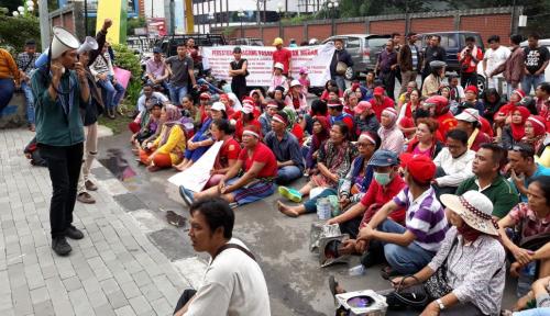Foto Tolak Dikelola Swasta, Pedagang Pasar Pringgan Medan Demo