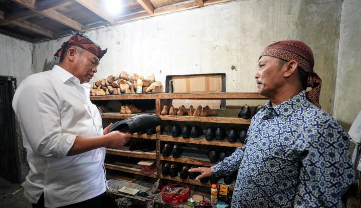 Foto Berita Kang Hasan: Pengrajin Sepatu Cibaduyut Keluhkan Izin Usaha dan Modal