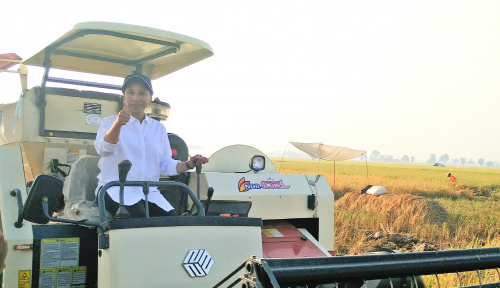 Foto Kunjungi Karawang, Menteri Rini Tuntaskan Panen Raya 4.000 Ton Gabah