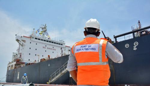 Foto Kapal Tanker Asal Tuvalu Sandar di Terminal Pelabuhan Kuala Tanjung